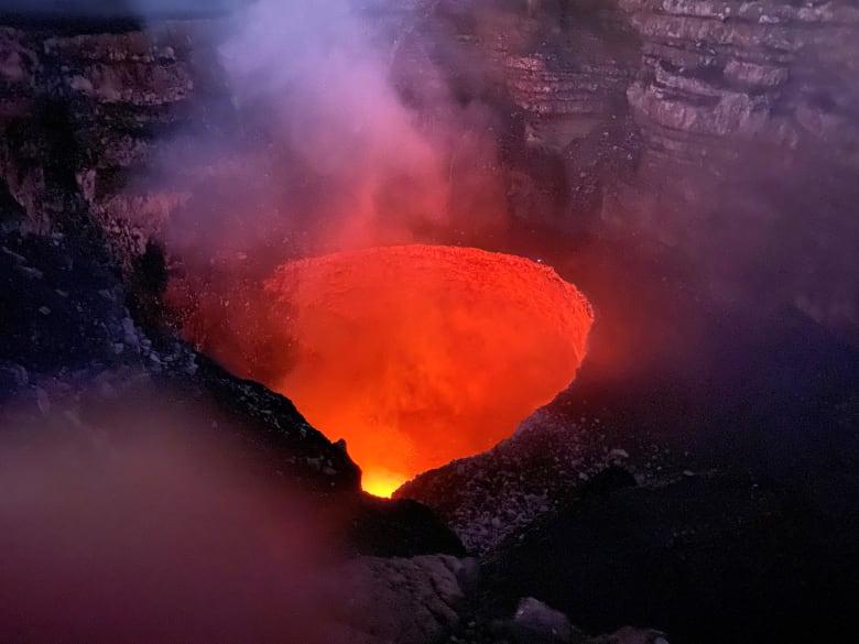 """مغامر سعودي يتدلى فوق بركان """"ماسايا"""" في نيكاراغوا"""
