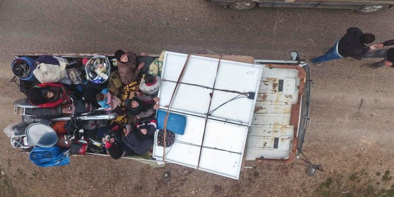 """""""هذا أملهم الأخير"""".. منظمة إغاثية تركية: أكثر من 120 ألف سوري نزحوا إلى الحدود"""