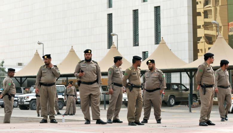 عدد من أفراد الأمن السعوديين أمام أحد المقار الحكومة في العاصمة الرياض