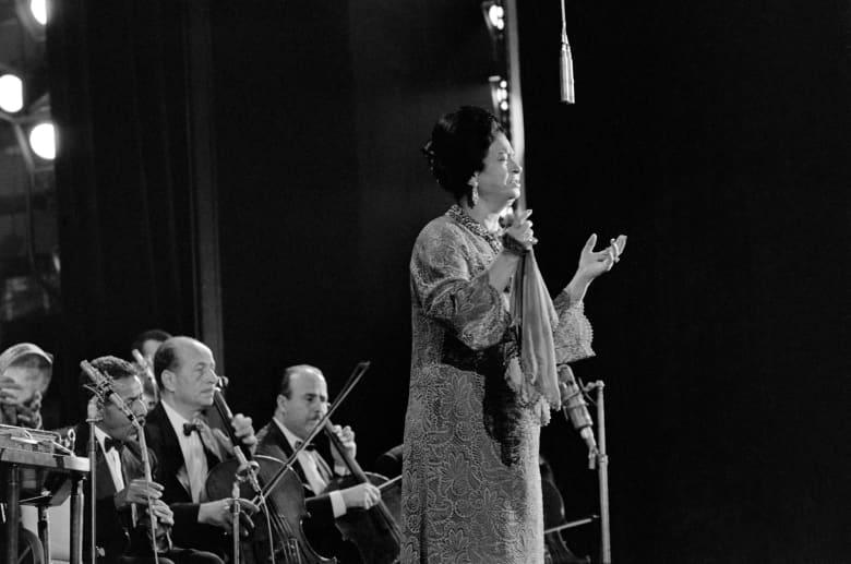 صورة المغنية المصرية الراحلة، أم كلثوم، خلال حفلها بباريس في عام 1967