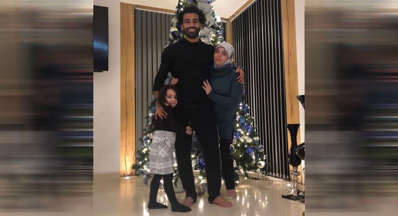 محمد صلاح أمام شجرة عيد الميلاد