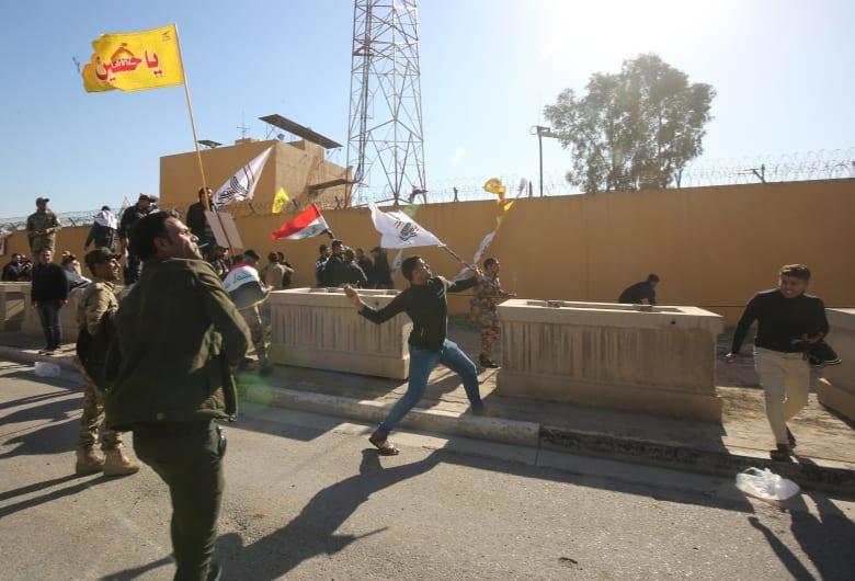 محتجون أمام السفارة الامريكية في بغداد يحاولون اقتحامها