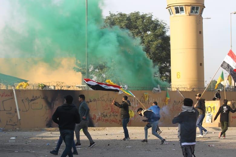 العشرات من أنصار الحشد الشعبي أمام السفارة الأمريكية في بغداد
