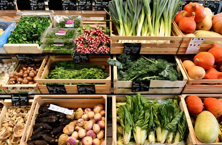 خضروات عضوية معروضة للبيع في سوبر ماركت بفرنسا