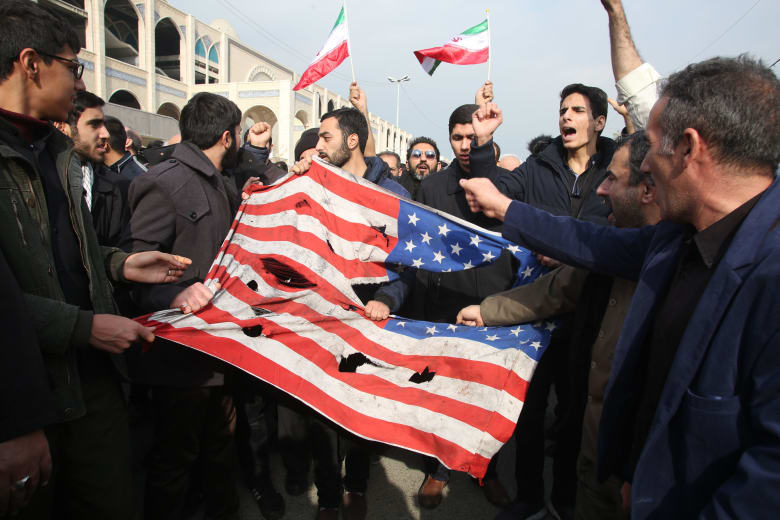 المئات يمزقون العلم الأمريكي في طهران بعد ساعات من مقتل قائد فيلق القدس قاسم سليماني