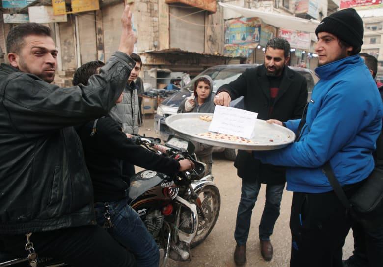 توزيع الحلوى في إدلب احتفالا بمقتل قائد فيلق القدس قاسم سليماني