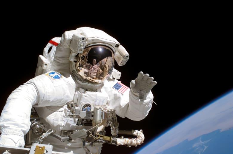 صورة تعبيرية لرائد الفضاء الأمريكي جوزيف تانر يلوح للكاميرا أثناء المشي في الفضاء كجزء من مهمة STS-115 إلى محطة الفضاء الدولية