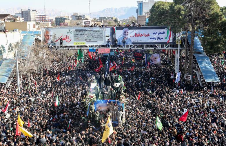 صورة للحشود في كرمان حول مركبة تحمل جثمان قاسم سليماني
