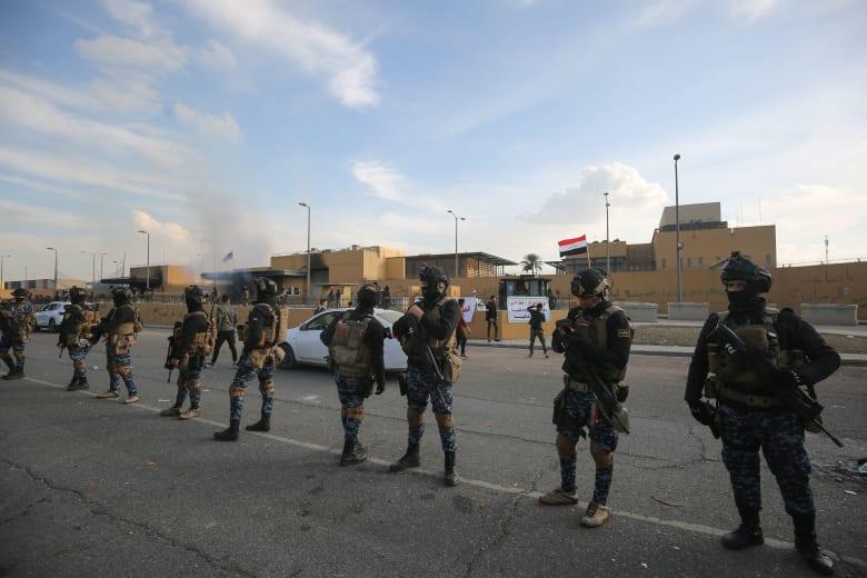 عدد من عناصر القوات الأمريكية أمام سفارة واشنطن في بغداد