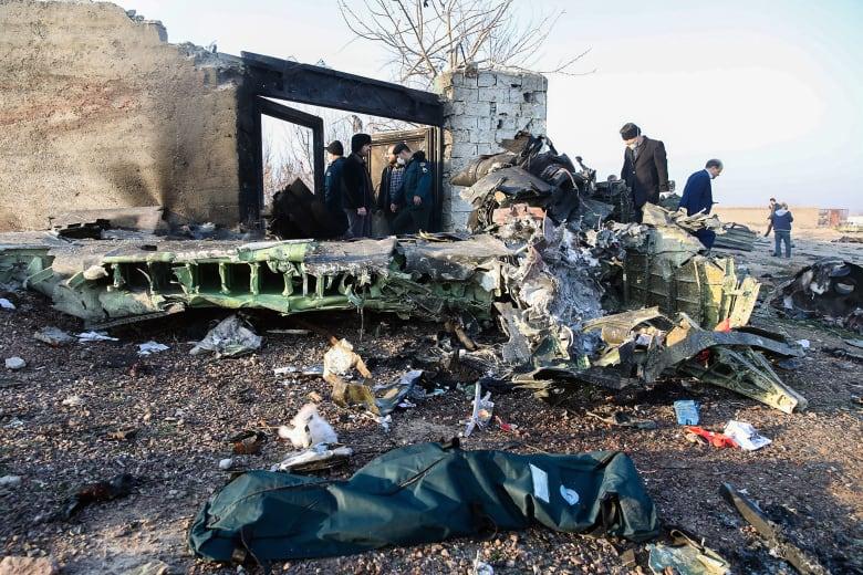 بعض حطام الطائرة الأوكرانية التي سقطت في إيران