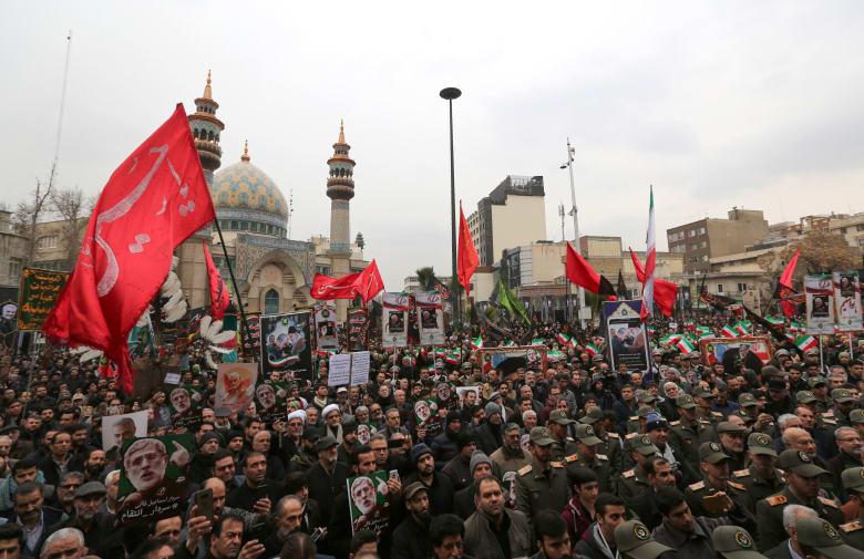 عدد من أفراد الحرس الثوري الإيراني في مسيرة احتجاجية في أعقاب مقتل قاسم سليماني