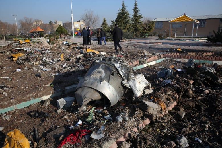 أجزاء من حطام الطائرة الأوكرانية التي سقطت في إيران