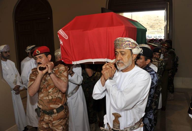 سلطان عمان الجديد يحمل نعش قابوس بن سعيد