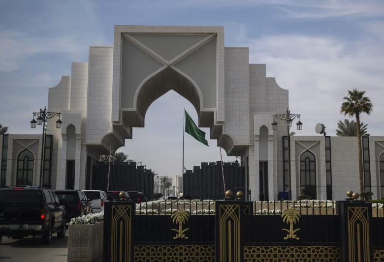 صورة أرشيفية لعلم السعودية داخل الديوان الملكي