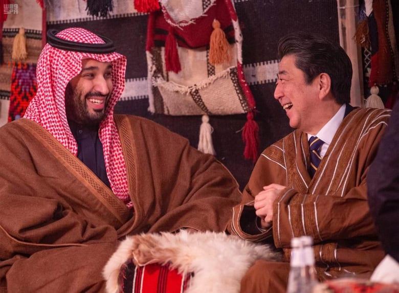 بالزي السعودي وبين فرق شعبية.. رئيس وزراء اليابان يتعرف لثقافة المملكة