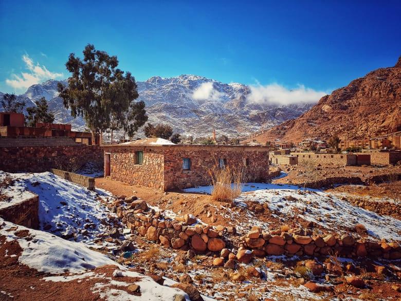 الثلوج تزين دير سانت كاترين بمصر.. ومصور يوثق المشهد الساحر