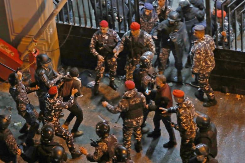 اشتباكات بين قوات الأمن والمتظاهرين في بيروت