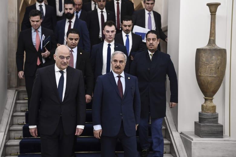 خليفة حفتر قائد قوات شرق ليبيا ووزير الخارجية اليوناني نيكوس ديندياس