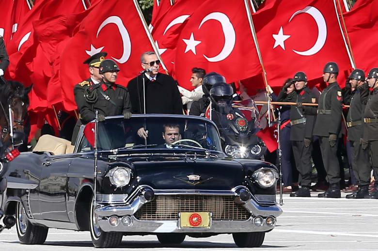 صورة ارشيفية للرئيس التركي رجب طيب أردوغان خلال استعراض عسكري