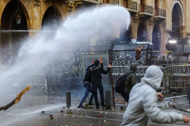 لبنان.. محتجون يهاجمون قوات مكافحة الشغب في محيط البرلمان