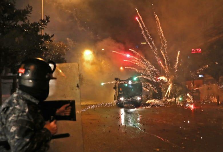 مع تواصل الاشتباكات في لبنان.. ضابط في مكافحة الشغب يوجه نداء وتحذيرا للمتظاهرين
