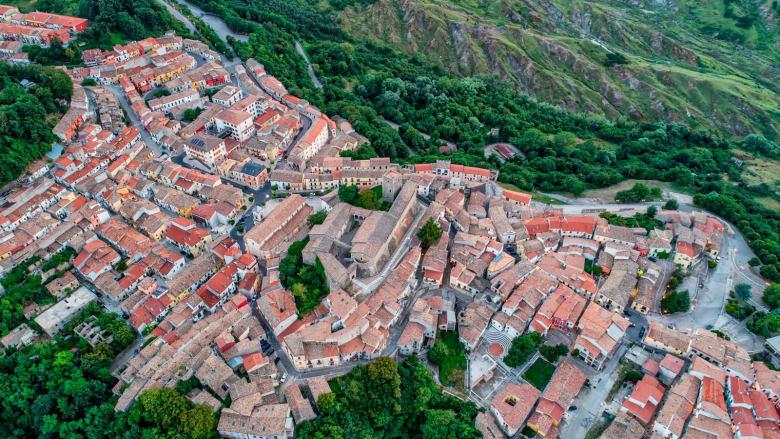 بلدة إيطالية أخرى تبيع عشرات المنازل مقابل دولار واحد فقط