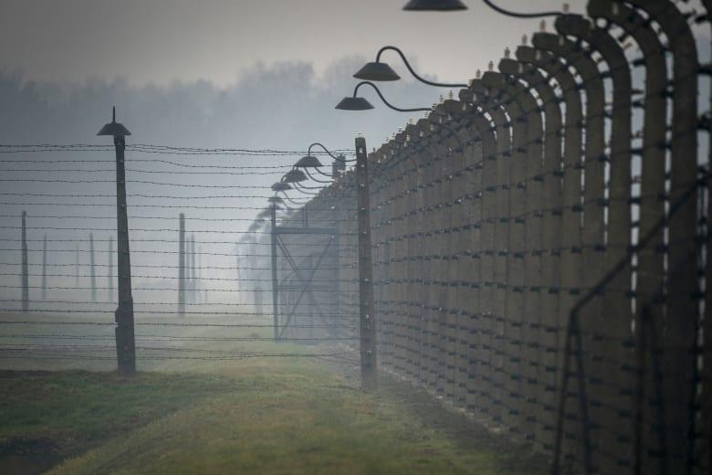 """داعية شيعي لبناني يزور """"معسكرات الإبادة"""" في بولندا.. والخارجية الإسرائيلية تعلق"""