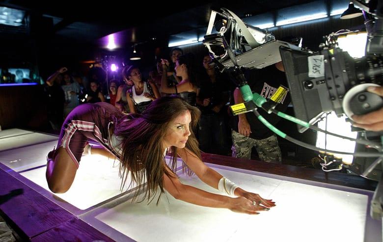 """المغنية اللبنانية نيكول سابا أثناء تصوير مقطع فيديو لأغنيتها """"طبعي كده"""" في بيروت عام 2007"""