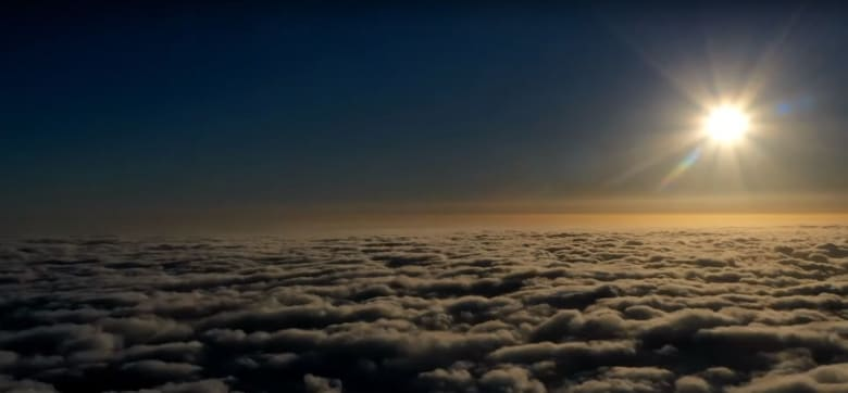"""مصور سعودي يوثق """"أمواج البحار المتحركة"""" فوق جبال السعودية"""