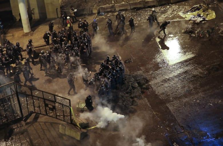 لبنان.. فصل جديد من العنف بين المتظاهرين وقوى الأمن بمحيط مقر الحكومة