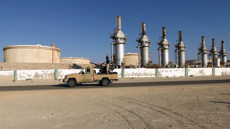تراجع إنتاج النفط الليبي بـ75% بعد إغلاق قوات حفتر الموانئ في البلاد