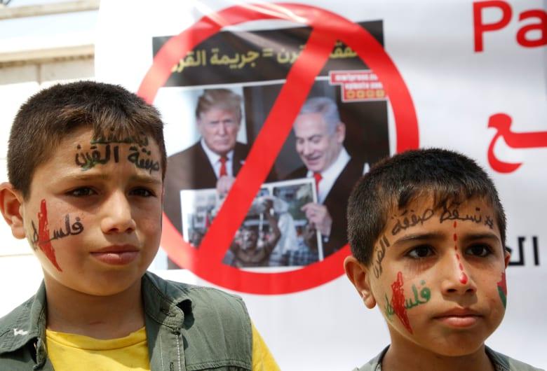 """صورة أرشيفية لطفلين فلسطينيين يشاركان في مظاهرة ضد """"صفقة القرن"""""""