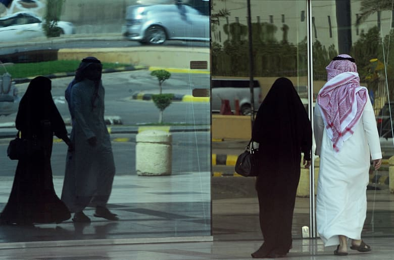 صورة ارشيفية لزوجين في السعودية