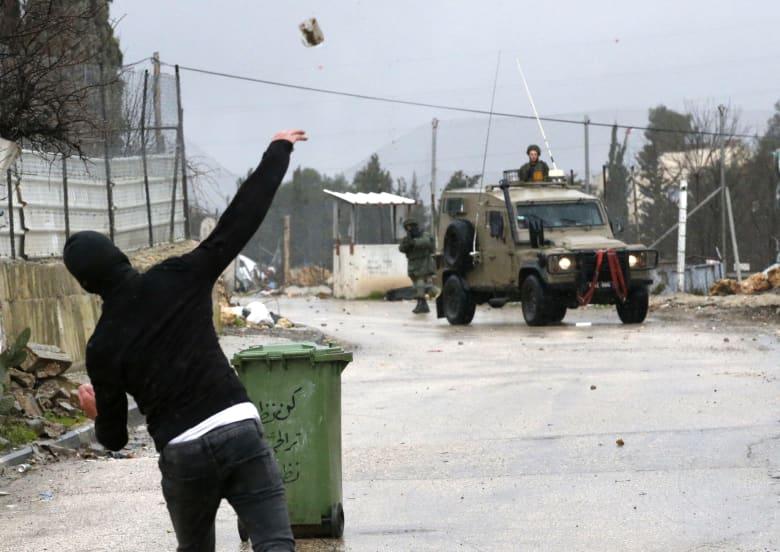 مواجهات بين الجيش الإسرائيلي ومتظاهرين فلسطينيين في الضفة الغربية
