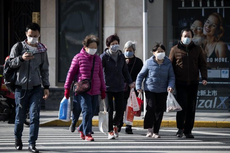 صينيون يرتدون أقنعة طبية واقية بعد انتشار فيروس كورونا الجديد