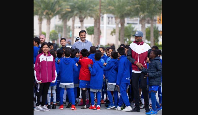 رئيس الوزراء القطري المستقيل يلعب كرة السلة على كرسي متحرك