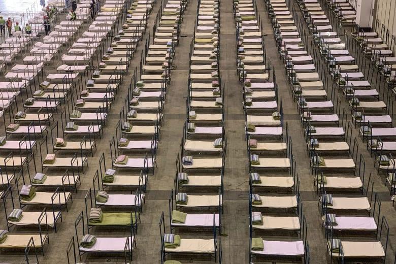 صورة أرشيفية لعمال يحضرون أسرّة في منطقة ووهان بالصين