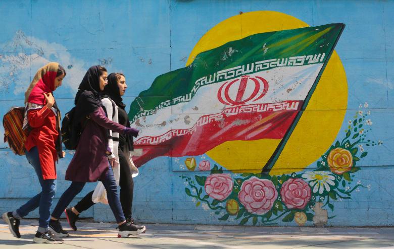 فتيات إيرانيات في أحد شوارع العاصمة طهران