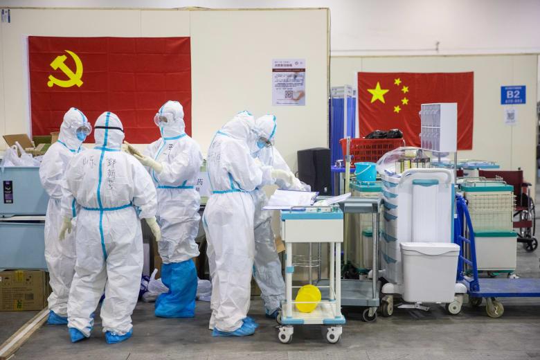 فريق من الطاقم الطبي في مستشفى مدينة ووهان الصينية