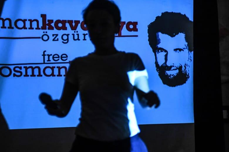 بعد تبرئته في وقت سابق.. تركيا تصدر أمر اعتقال لرجل الأعمال والناشط عثمان كافالا