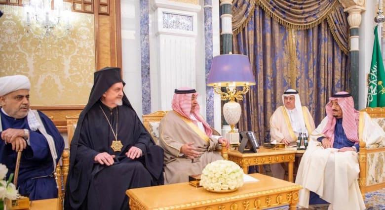 الملك سلمان بن عبدالعزيز خلال استقبال وفد مركز الملك عبدالله بن عبدالعزيز العالمي