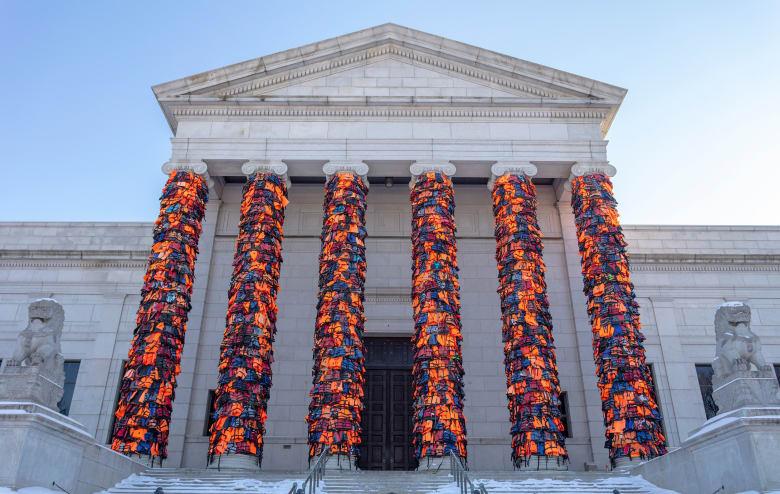بمشهد لافت.. سترات نجاة لاجئين تتحول لعمل فني يغطي مدخل هذا المتحف