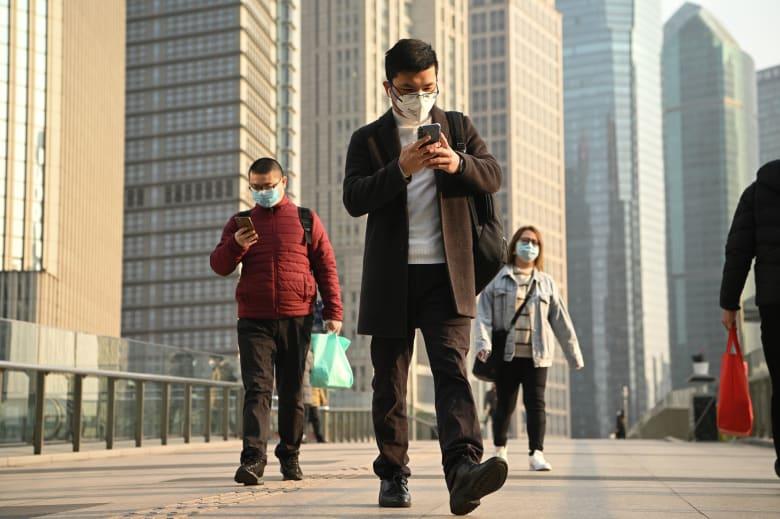 صينيون يرتدون أقنعة طبية للوقاية من فيروس كورونا الجديد