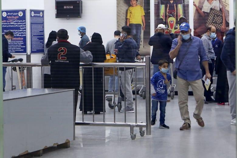 كويتيون قادمون من إيران ينتظرون إجراء الفحوصات الطبية للتأكد من عدم إصابتهم بفيروس كورونا