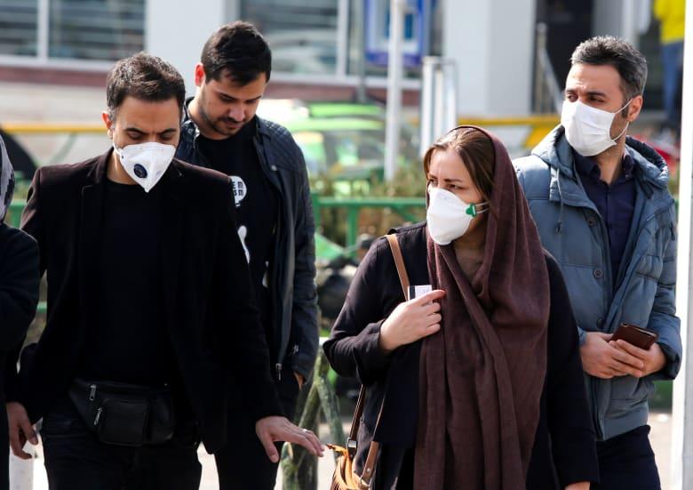 مواطنون إيرانيون يرتدون أقنعة طبية واقية بعد انتشار فيروس كورونا