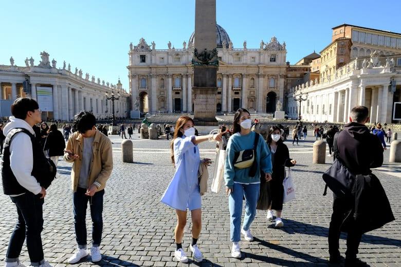 سياح يرتدون أقنعة طبية واقية في مدينة الفاتيكان