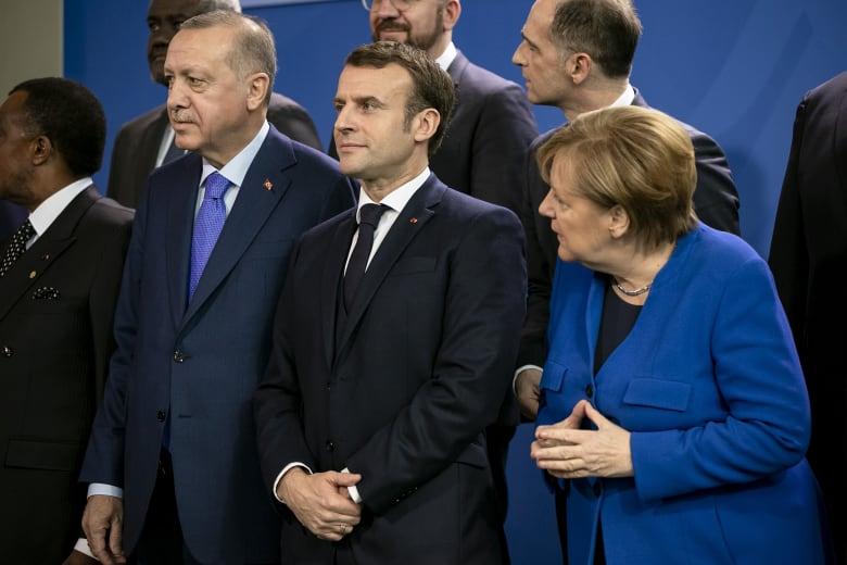 أردوغان يفتح باب أوروبا أمام عشرات آلاف اللاجئين.. ويجيب على أسئلة ترامب حول النفط في القامشلي
