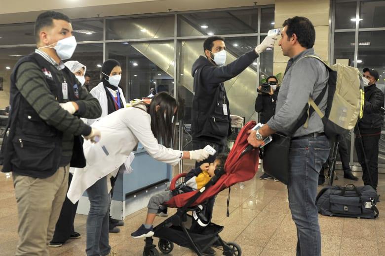ركاب في أحد المطارات المصرية يخضعون لاختبارات للكشف عن الإصابة بفيروس كورونا الجديد