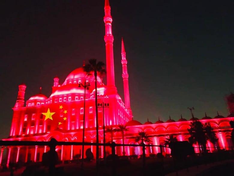 مصر تضيء معالمها الأثرية بألوان علم الصين تضامناً مع ضد كورونا