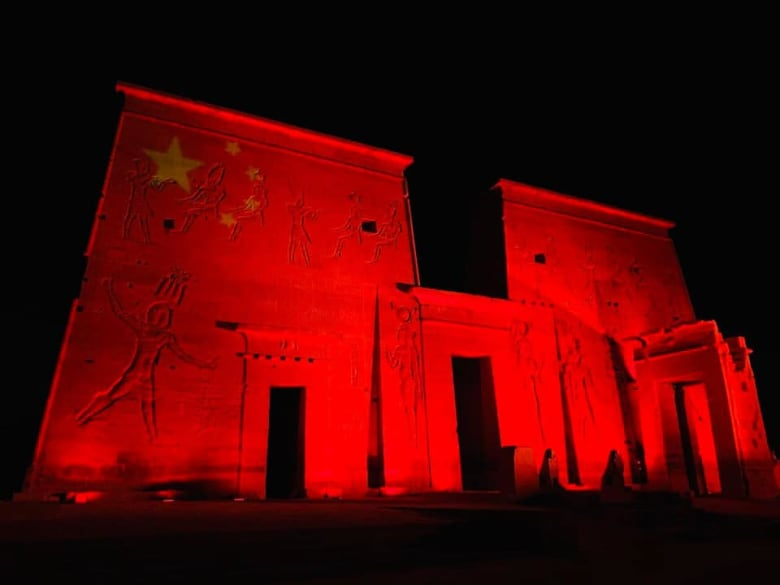 مصر تضيء معالمها الأثرية بلون علم الصين تضامناً مع صين ضد كورونا